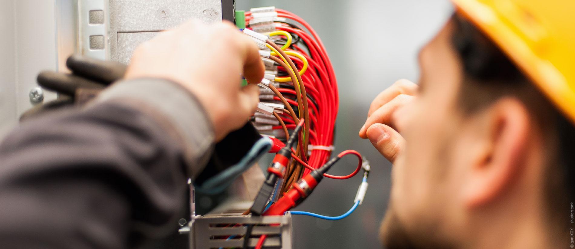 Elektriker prüft Installation und  Leitungen